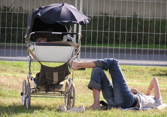 Малыш спит в коляске