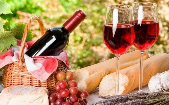 Красное вино на столе
