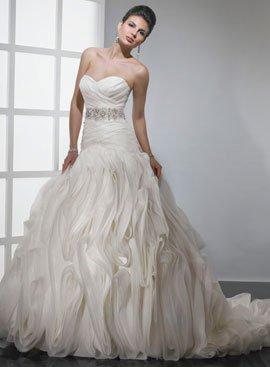 очаровать невест красивой картинкой, напрочь позабыв об удобстве и качестве, Sottero and Midgley явились новаторами в области дизайна свадебных платьев